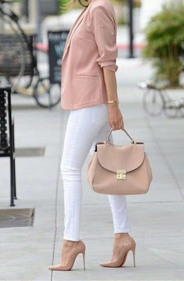 Cómo combinar blazers rosas con pantalón blanco