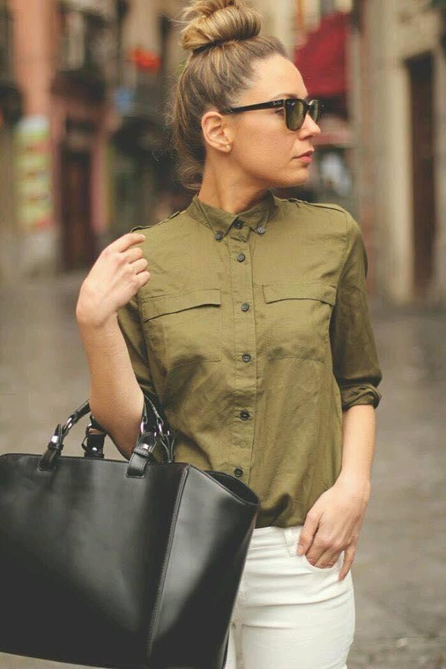 Cómo combinar blusa con color verde militar si eres una mujer de 40 o más