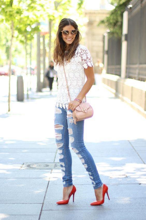 Cómo combinar una blusa de encaje con jeans desgastados