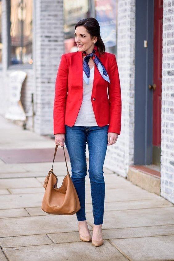 Cómo combinar una mascada con un blazer rojo si tienes 40 años o más