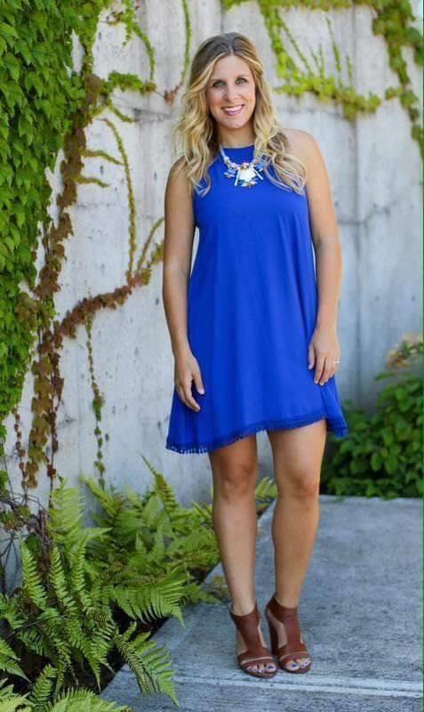 Cómo combinar zapatos café con vestido suelto en color azul