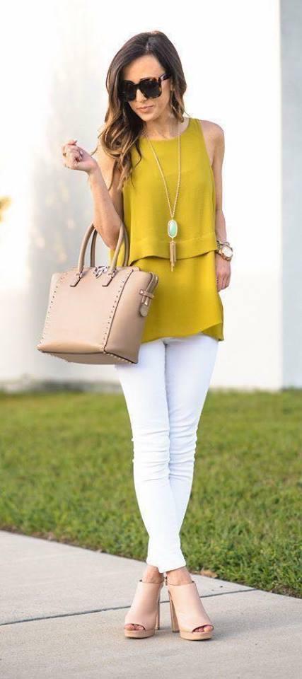 Conjunto contrastante con pantalón blanco para mujeres maduras