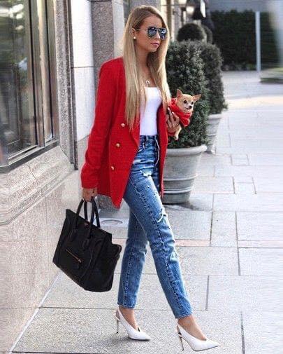 Detalle de botones en blazer rojo para outfit de mujeres maduras