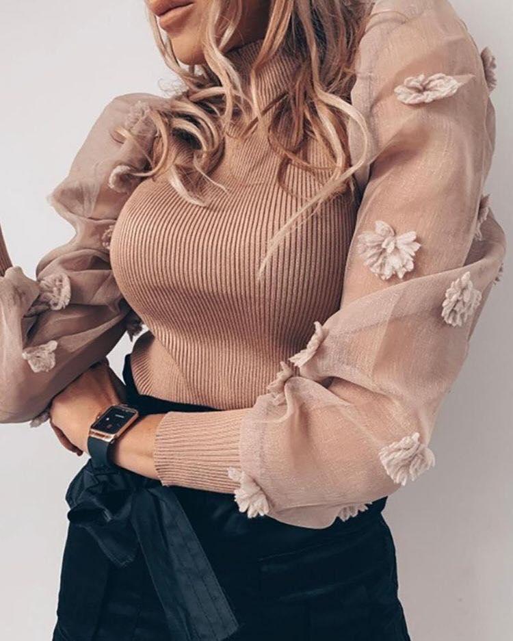 Detalle de flores en manga de blusa de moda