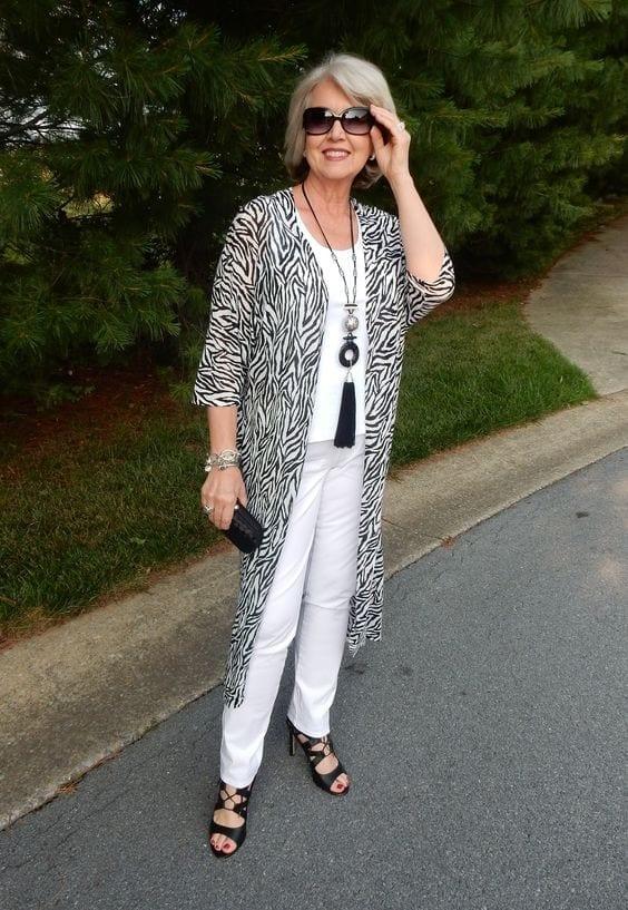 Estampado de zebra para look todo blanco en mujer mayor