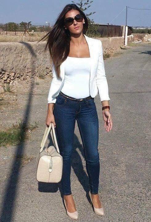 Estilo sexy con blazer blanco y jeans para mujeres maduras