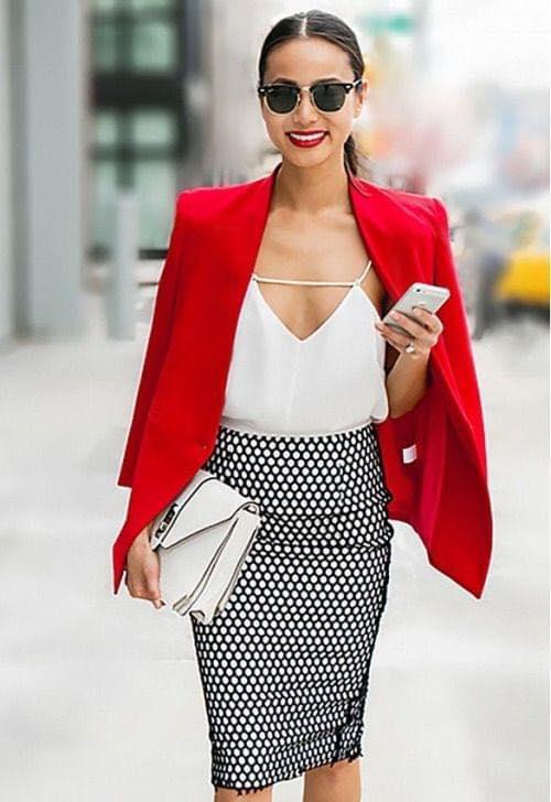 Falda de punta de lápiz y blazer rojo para outfit de mujeres maduras