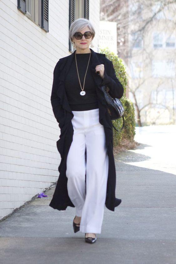 Gabardina en color oscuro para look elegante de mujeres maduras