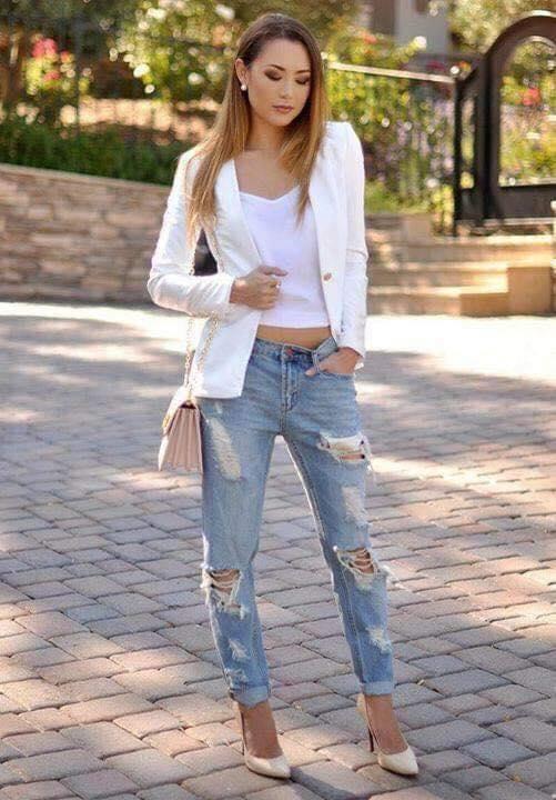 Jeans desgastados y blazer blanco para mujeres de 40 años o más