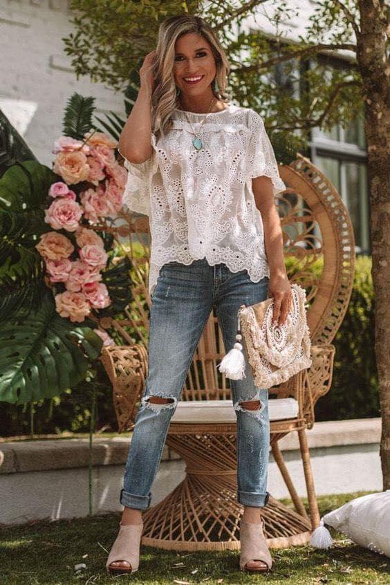 Look bohemio para mujeres mayores de 40 años con blusa de encaje