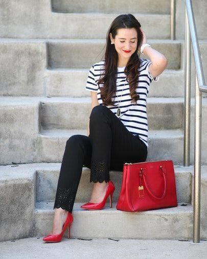 Look con pantalón negro y blusas de líneas blanco y negro para mujeres maduras