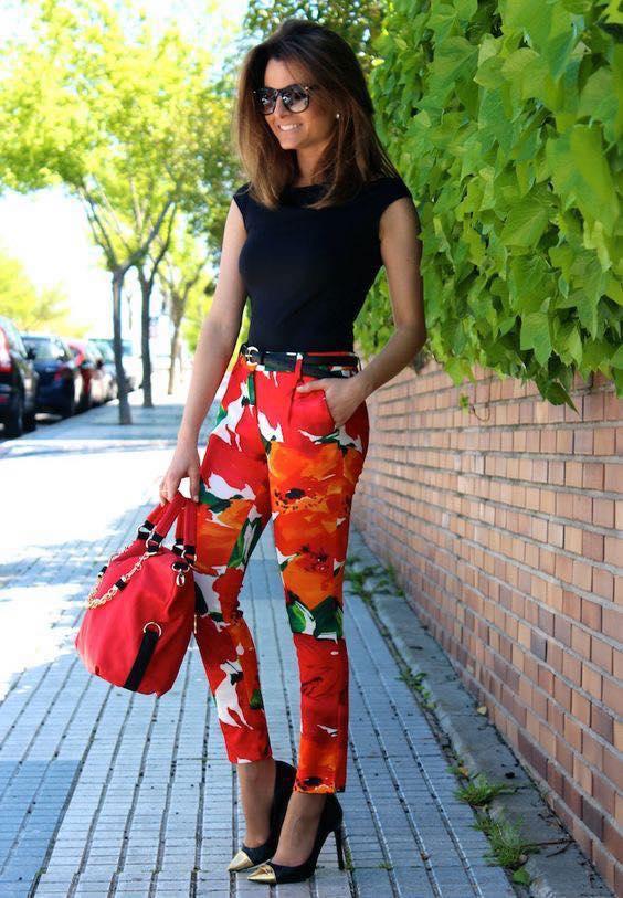 Look con skinny jeans con estampado para mujeres de 40 años o mas