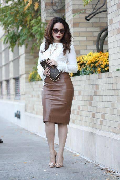 Look elegante con encaje y falda tipo lápiz para mujeres mayores