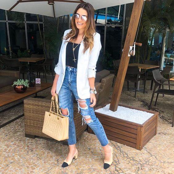 Look informal con blazer blanco y jeans desgastados
