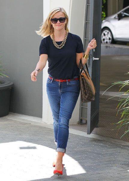 Look sencillo con blusa lisa para mujeres de 40 años