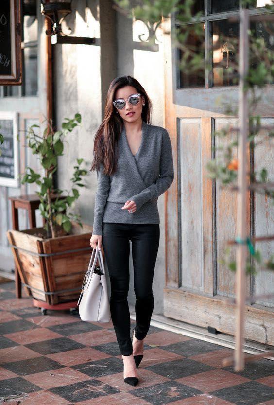 Look sencillo de invierno con leggins para mujeres maduras