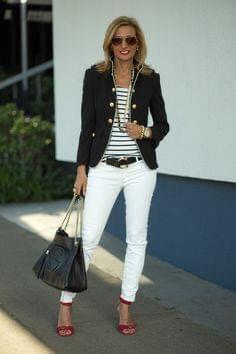 Outfit con blazer y blusa a rayas para mujeres maduras
