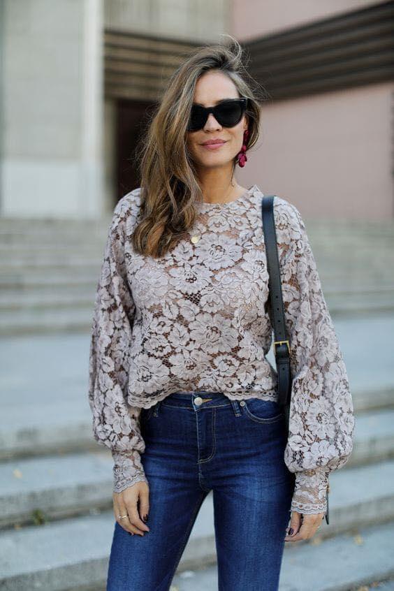 Outfit con blusa de encaje y mangas bombachas para mujeres mayores