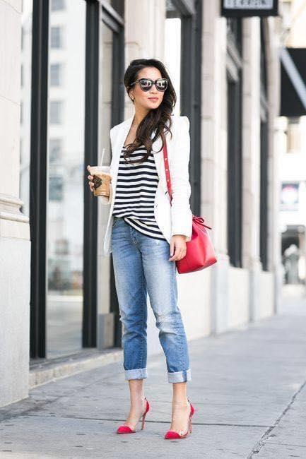 Outfit con blusa de rayas y blazer blanco