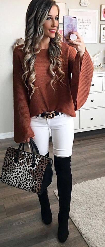 Outfit con pantalones blancos y maxi suéter para mujeres maduras