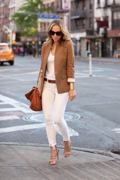 Outfit con suéter de saco para look monocromático en blanco