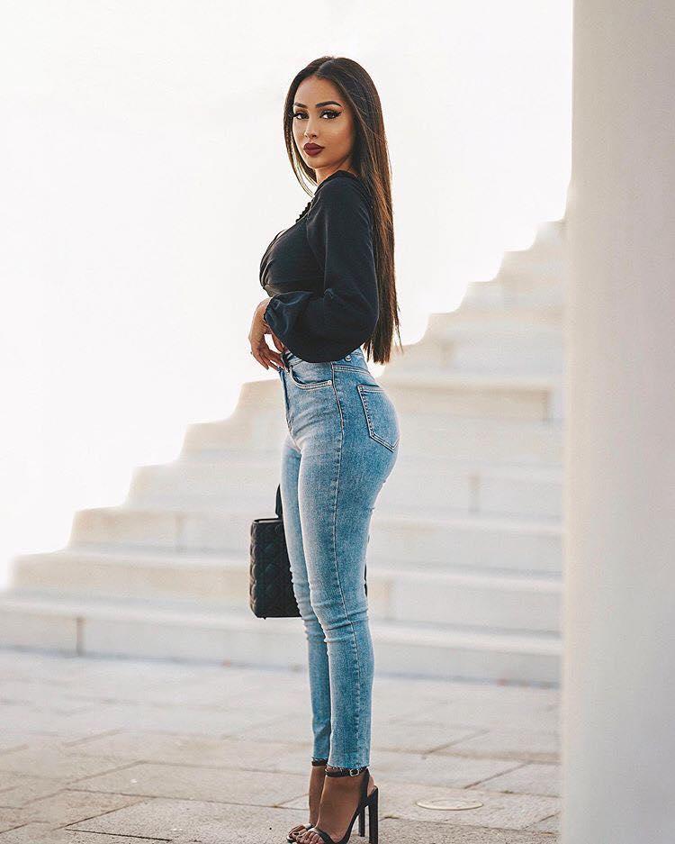Outfit De Jeans Lisos Con Tiro Alto Para Look De Mujeres Mayores De 40 Curso De Organizacion Del Hogar Y Decoracion De Interiores