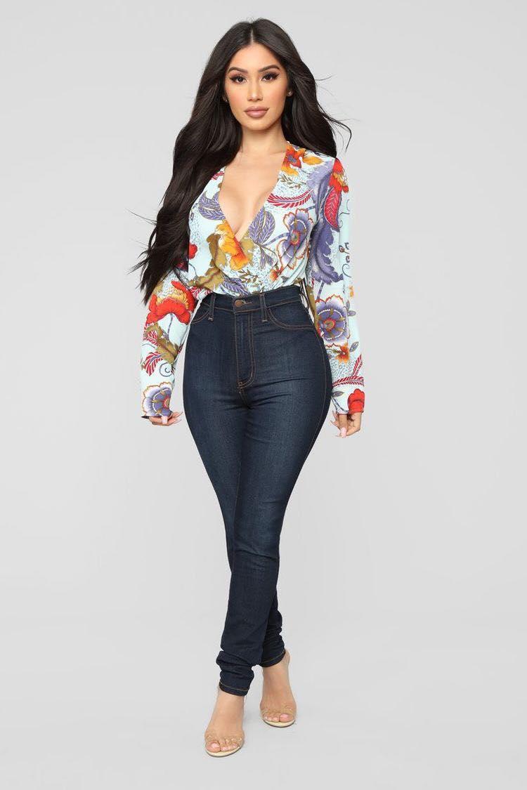 Outfit de jeans lisos con tiro alto para look de mujeres mayores de 40