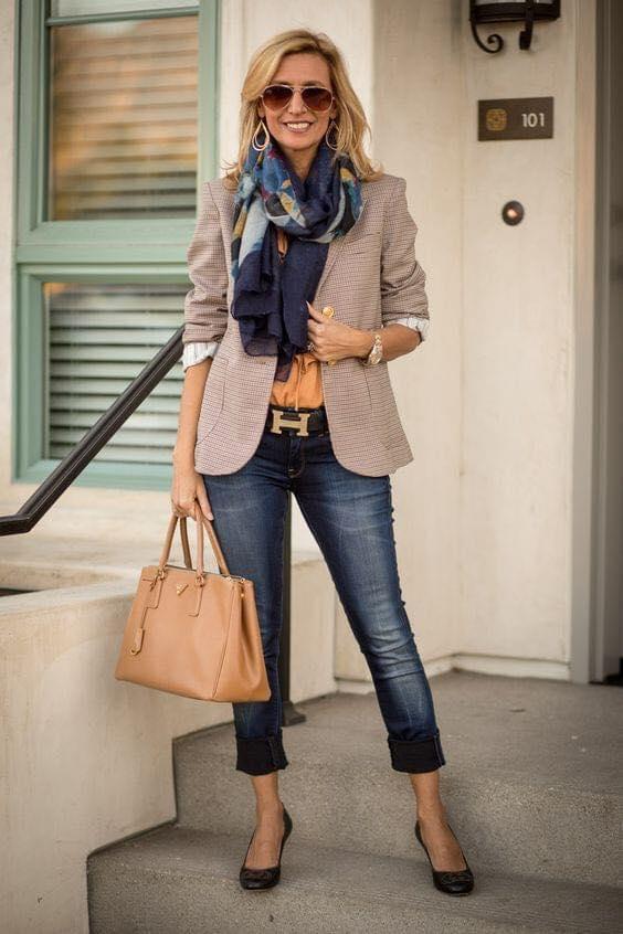 Outfit de moda juvenil para señoras de 40 años o más con blazer y bufanda