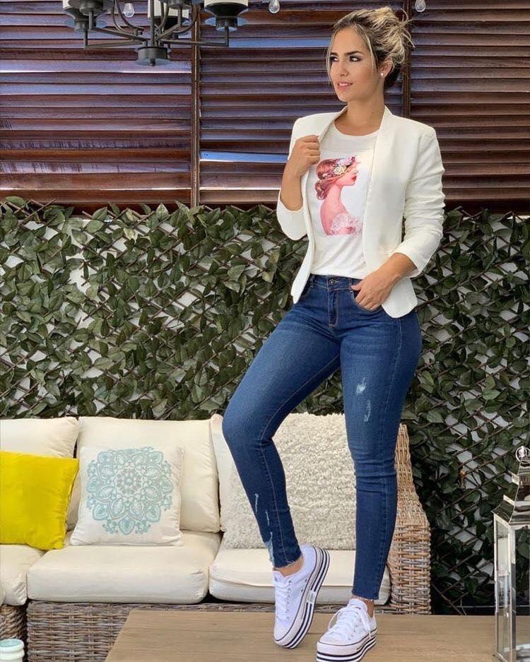 Outfit informal con blazer y playera con diseño para mujeres mayores
