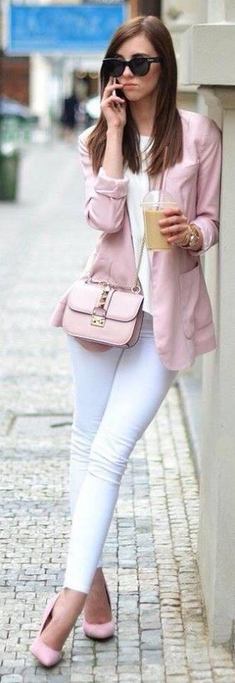 Outfit monocromático con pantalón blanco y blazer rosa