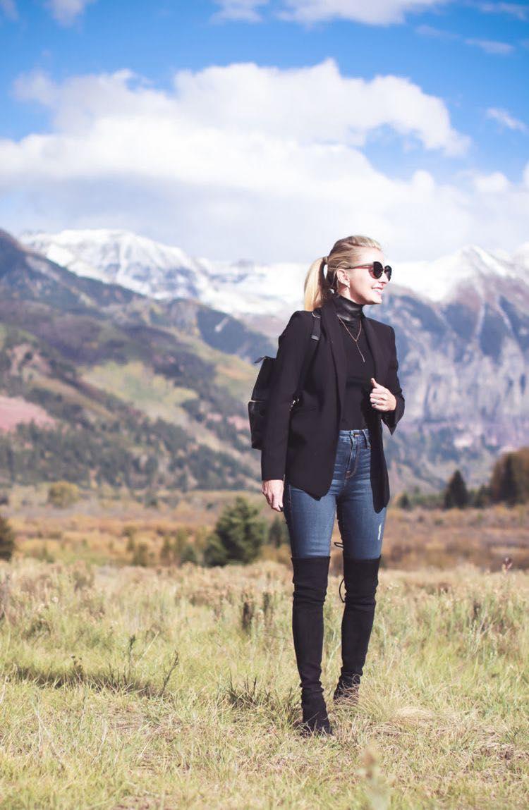 Outfit para mujeres de 40 o más con botas altas y blazer para temporada de frío