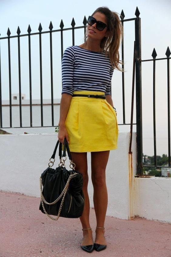 Outfits mostrando la pierna con blusas de rayas para mujeres de 40 o más