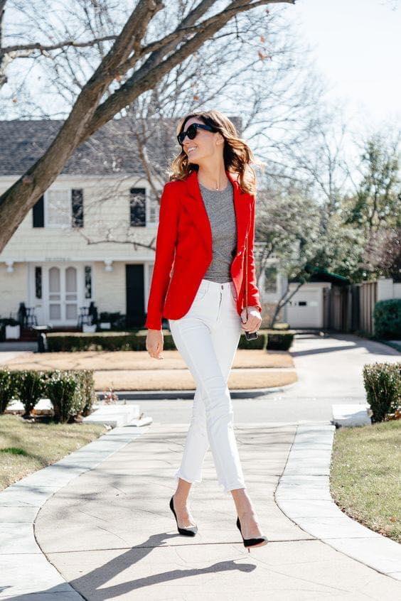 Pantalón blanco con blazer rojo para mujeres de 40 años en adelante
