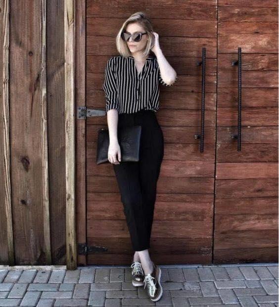 Pantalón recto y blusa a rayas oscura para mujeres maduras
