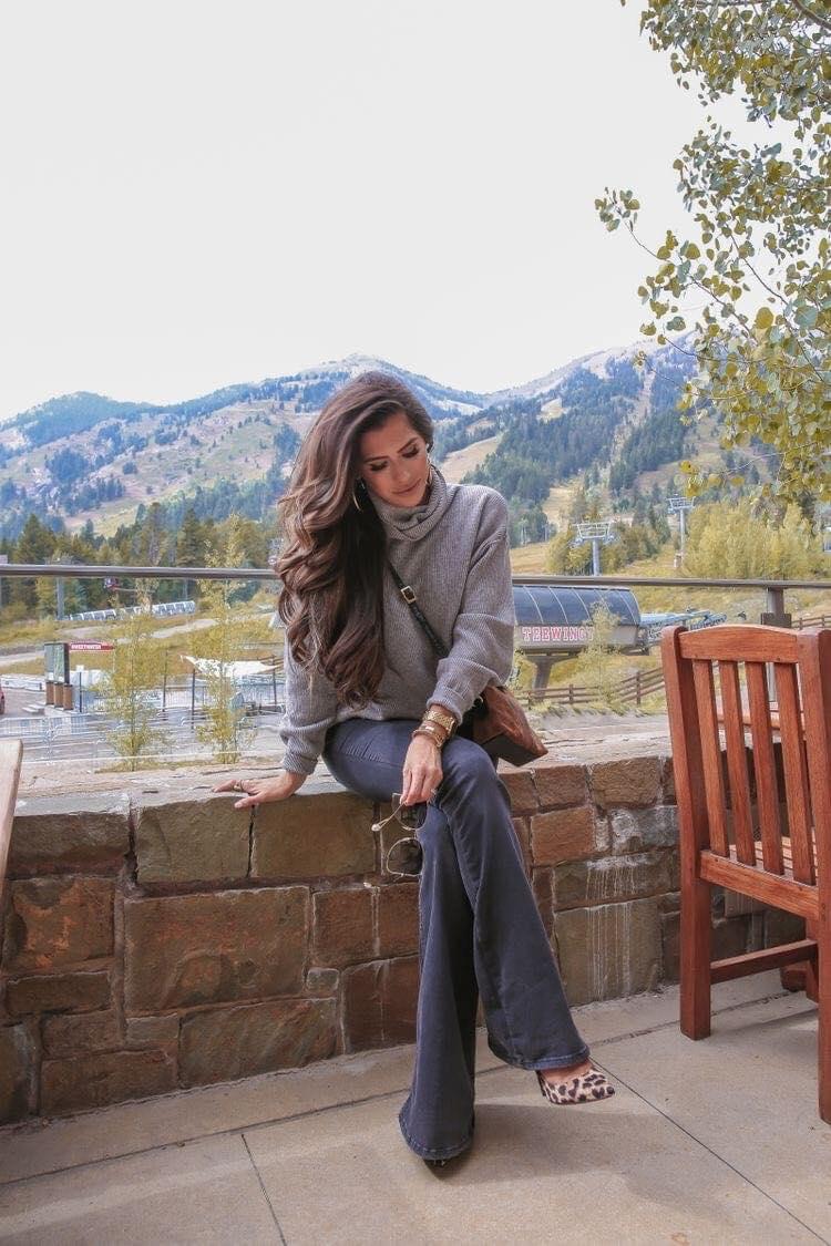 Pantalones acampanados en tendencia para mujeres maduras con suéter