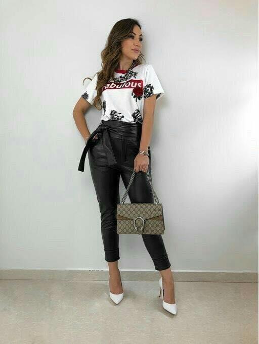 Pantalones de cuero elegantes para mujeres maduras y modernas