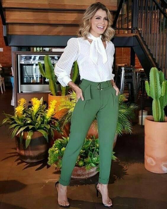 Pantalones elegantes con cinturón para look de mujeres de 40 o más
