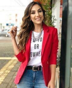 Playera con frase y blazer rojo para mujeres maduras