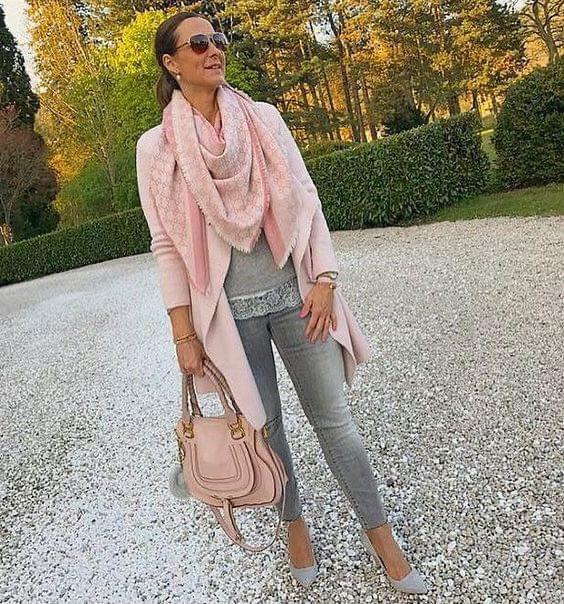 Saco y bufanda rosa para look muy femenino en mujer de 40 años o más
