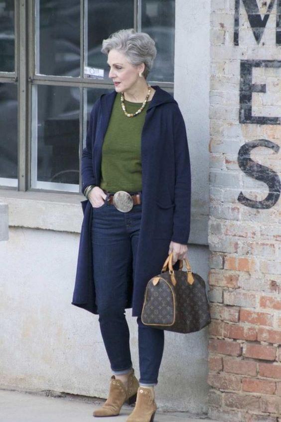 Suéter con capucha en look casual en mujeres mayores