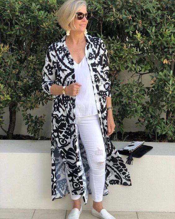 Suéter con patrones y outfit blanco para mujeres mayores