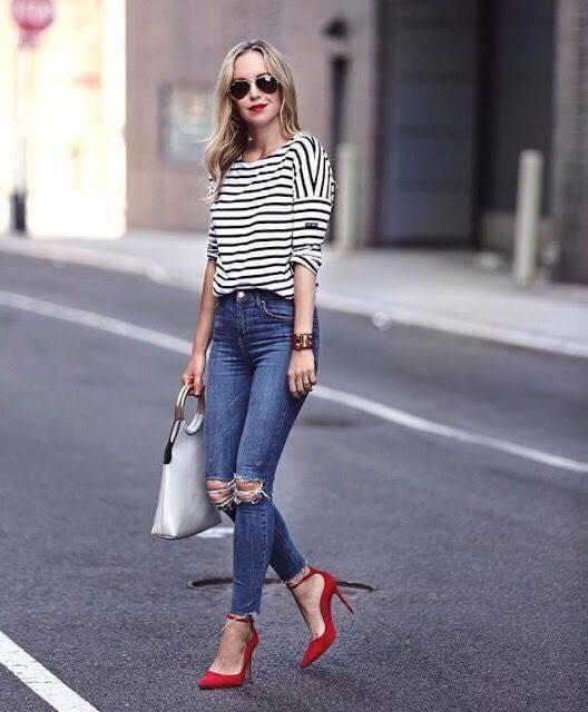 Tacones rojos y blusa a rayas para look sencillo