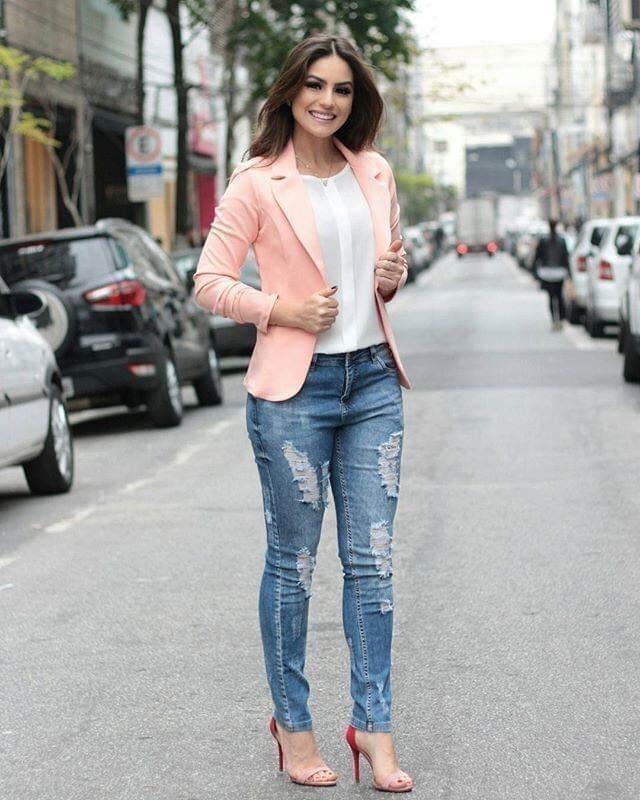 Tendencias de blazers rosas con jeans para mujeres maduras y con estilo