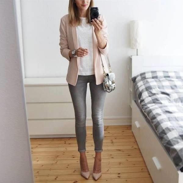 Tendencias de blazers rosas para mujeres pantalones gris