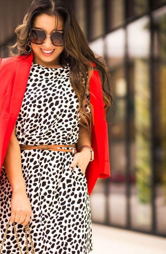 Vestidos con patrón y blazer en color rojo para mujeres de 40 años en adelante