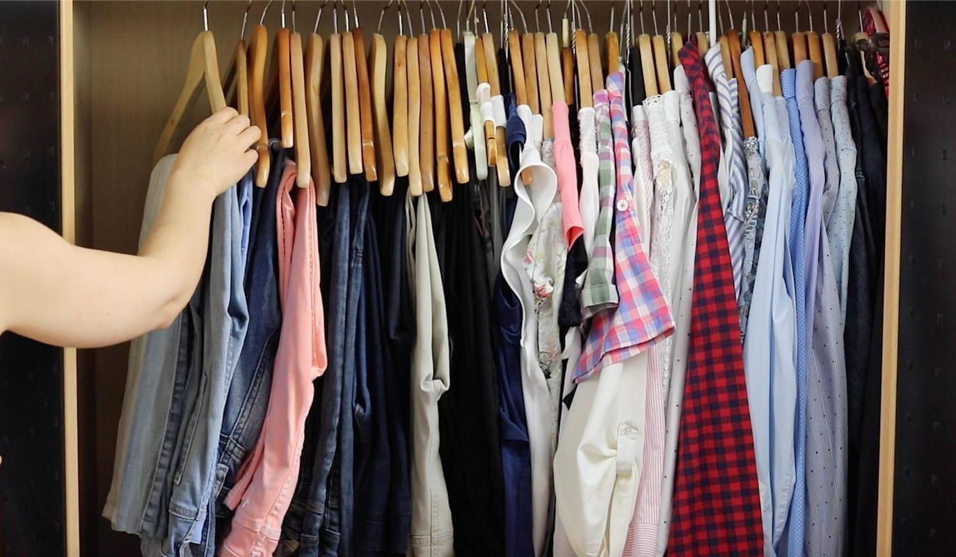 Organizar tu ropa por colores y temporadas
