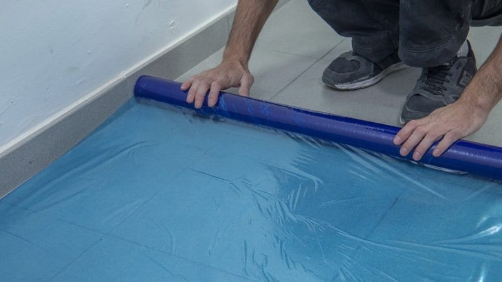 Proteger el suelo o donde vayas a pintar las puertas