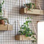 Colgar macetas en las típicas rejas decorativas