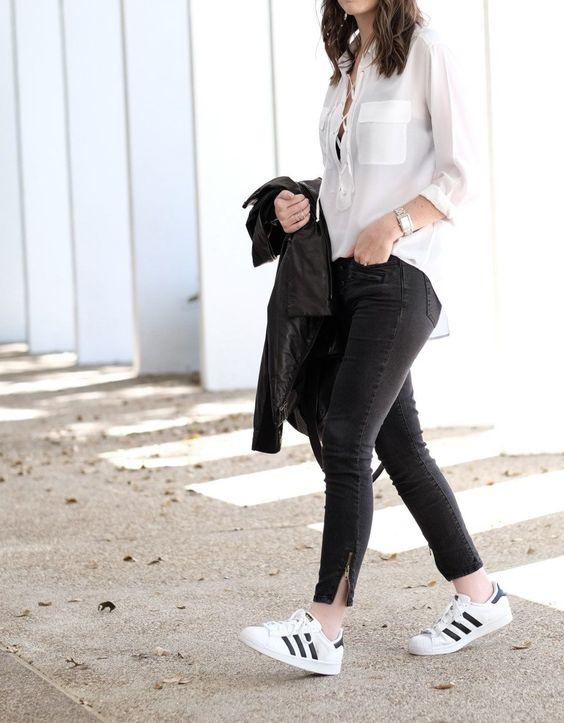 Jeans de mezclilla con tenis