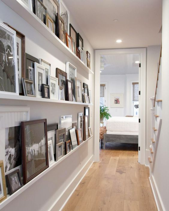 Pasillos decorados con estanterías